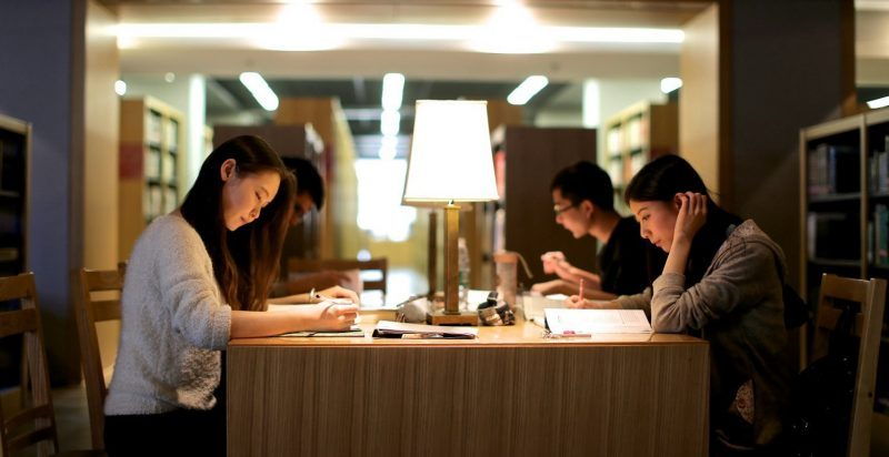 CEIBS students in the library